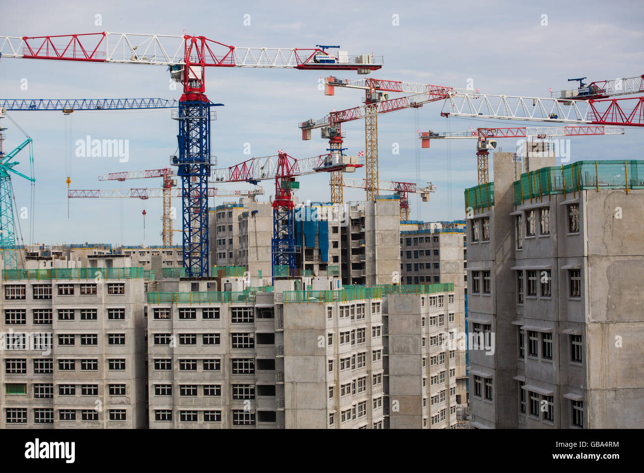 Tower cranes building houses in Singapore - Stock Image