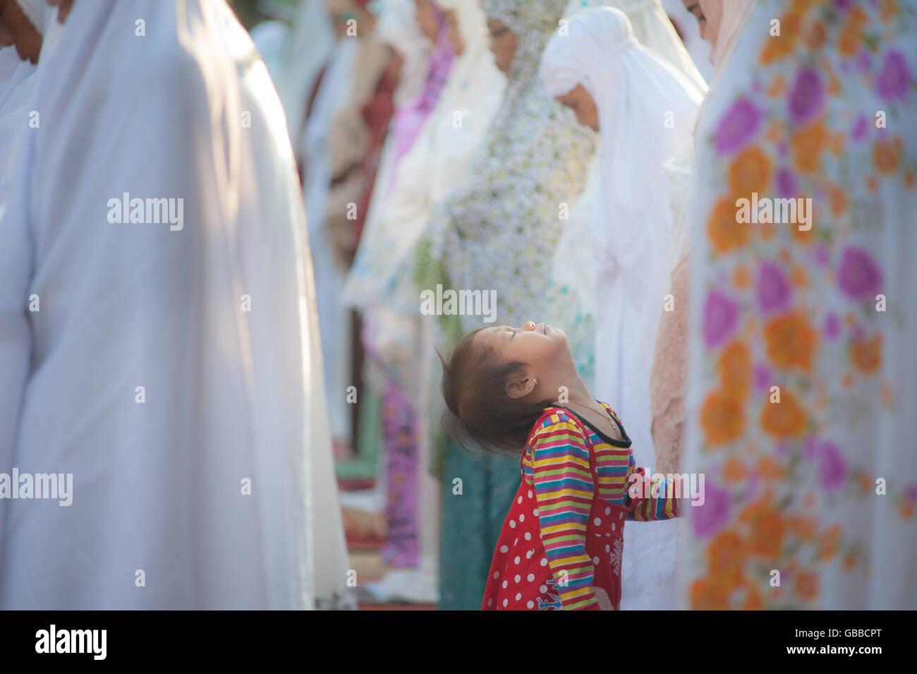 Best Indonesian Eid Al-Fitr Decorations - central-jakarta-indonesia-06th-july-2016-a-children-amid-eid-al-fitr-GBBCPT  HD_722496 .jpg