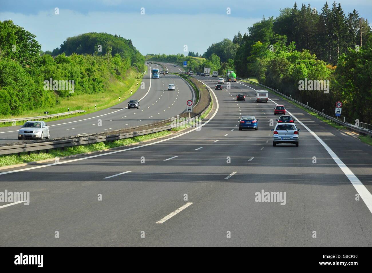 Strassenverkehr, Verkehr, Autobahn, huegelig, dreispurig - Stock Image