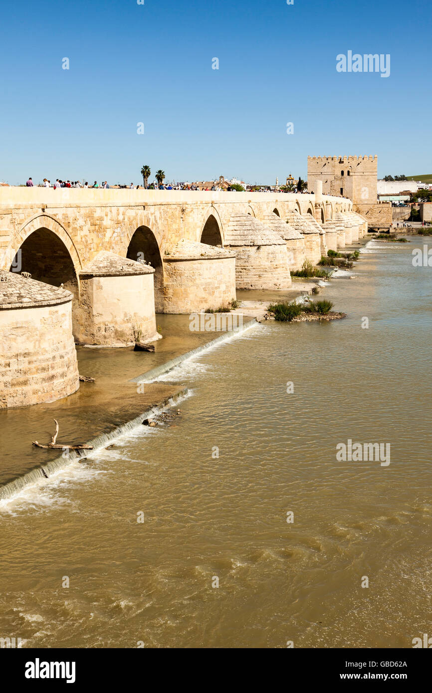 Hundreds of tourists on the ancient roman bridge crossing Guadalquivir river at Córdoba, Andalusia, Spain - Stock Image