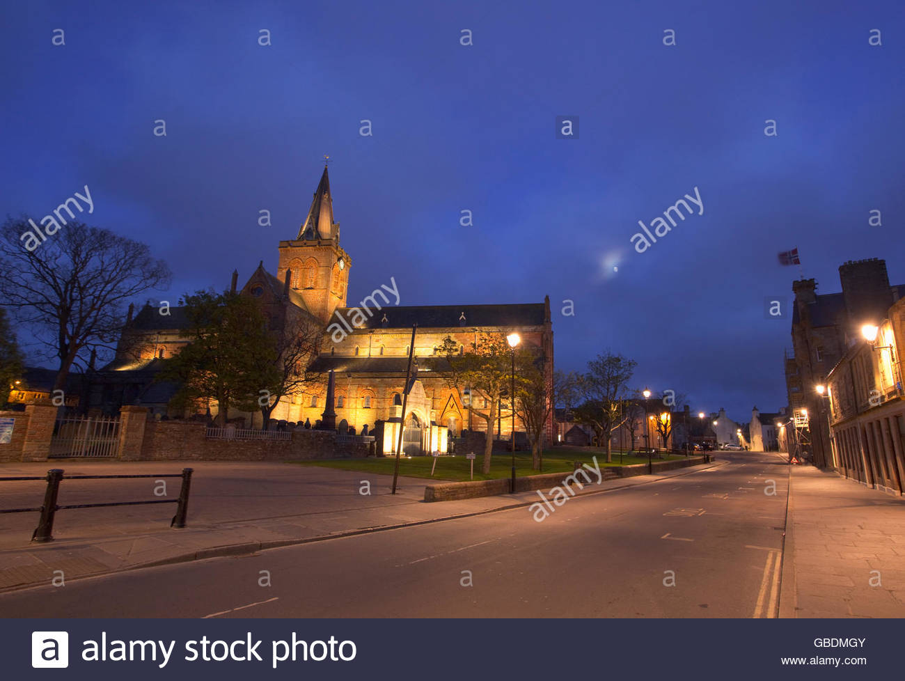 St Magnus Cathedral floodlit at dusk, Kirkwall, Mainland, Orkney, Scotland. - Stock Image