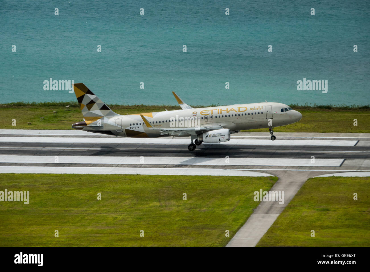 An Etihad Airbus A320 touches down on Mahe Island in the Seychelles - Stock Image