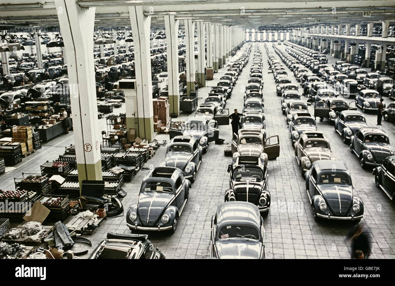 industry, automobile industry, Volkswagen, plant in Wolfsburg, factory building, production of VW beetle, 1957, - Stock Image