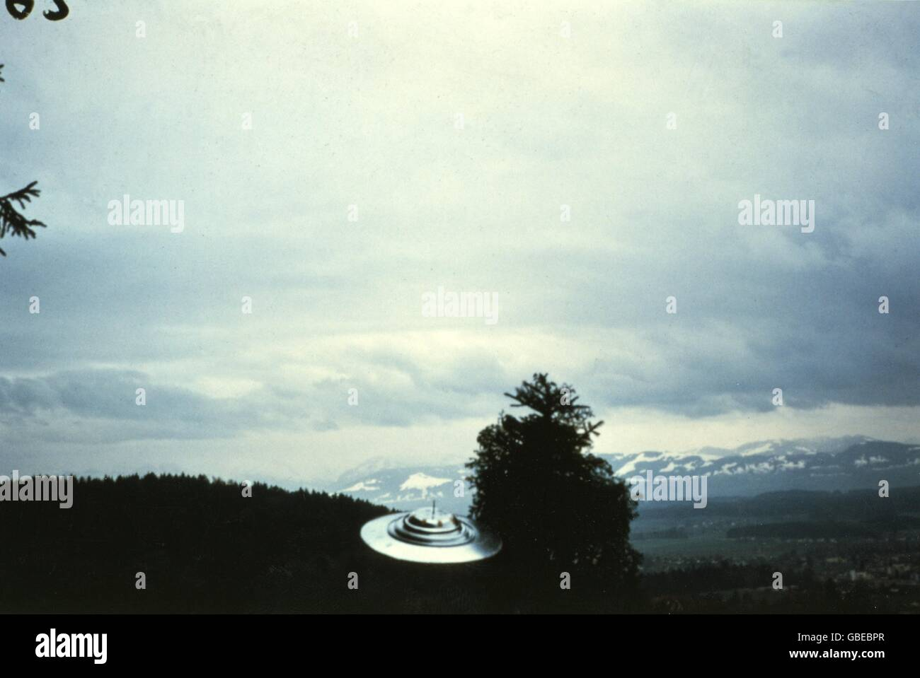 astronautics, unidentified flying object (UFO), flying ufo, show flight of Semjas space ship, around a fir tree, - Stock Image