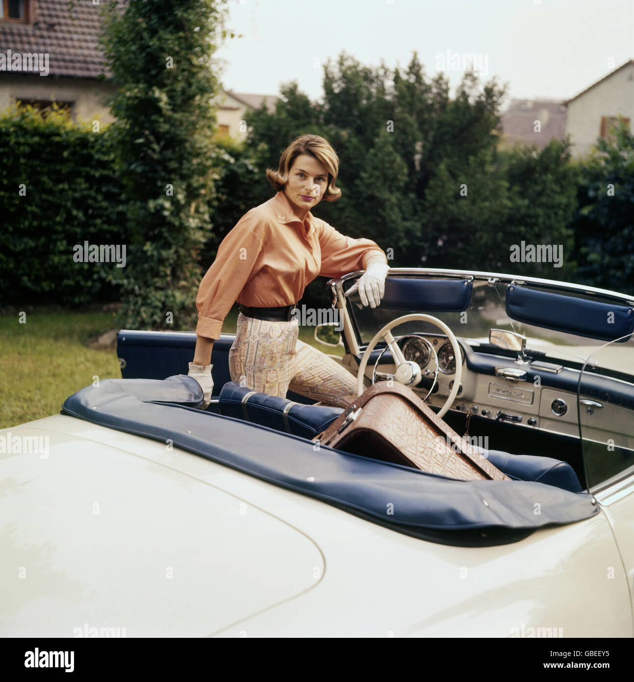 people, women, lady with her Mercedes Benz convertible, suitcase on the back seat, Germany, 1950s, Additional-Rights - Stock Image