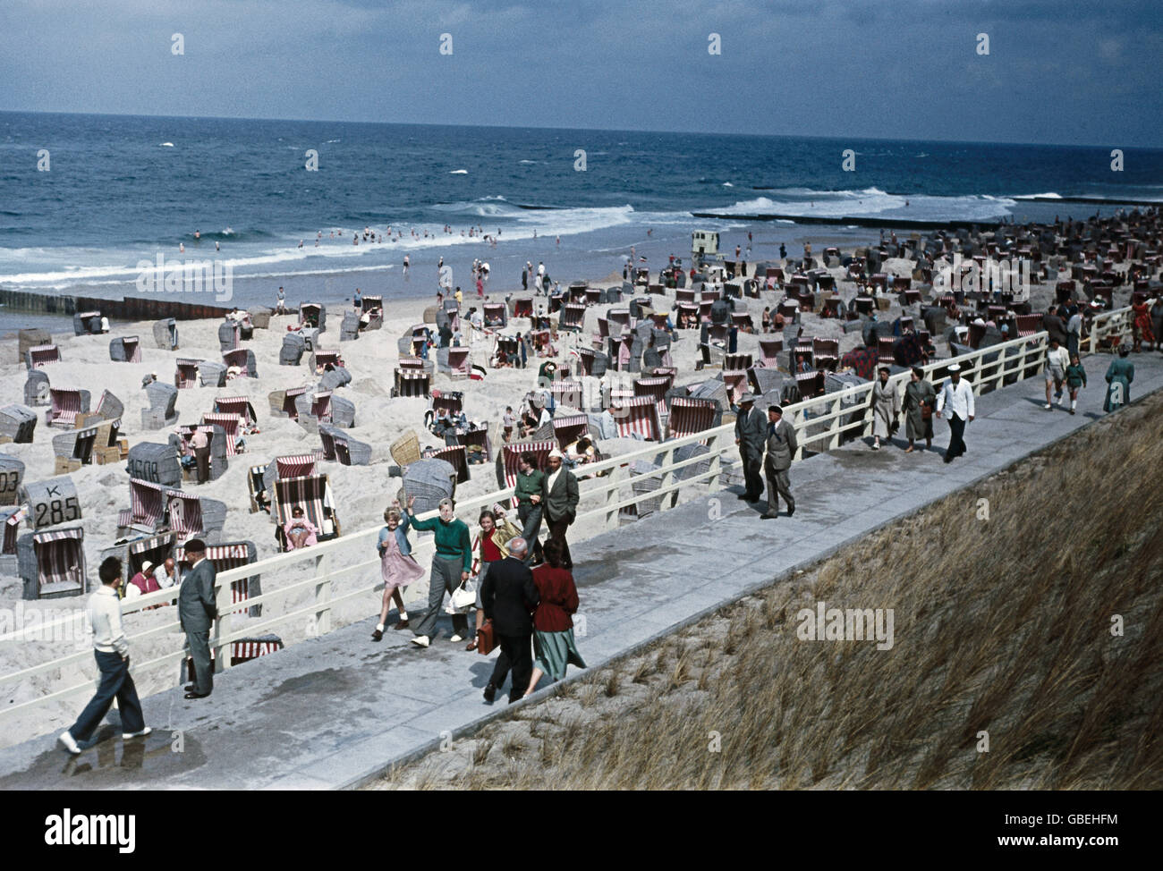 geography / travel, Germany, people, isle Sylt, tourists on Westerland beach, 1954, Additional-Rights-Clearences - Stock Image
