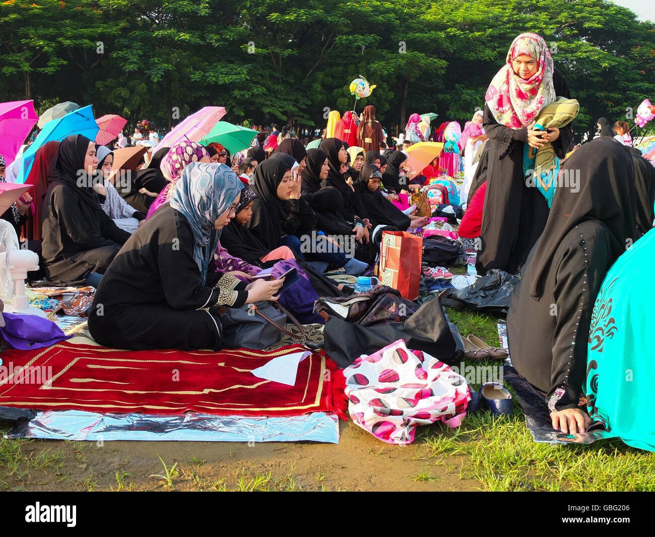 Manila, Philippines. 06th July, 2016. Muslim families gather at Quirino Grandstand in Luneta to join Eid Salat, - Stock Image