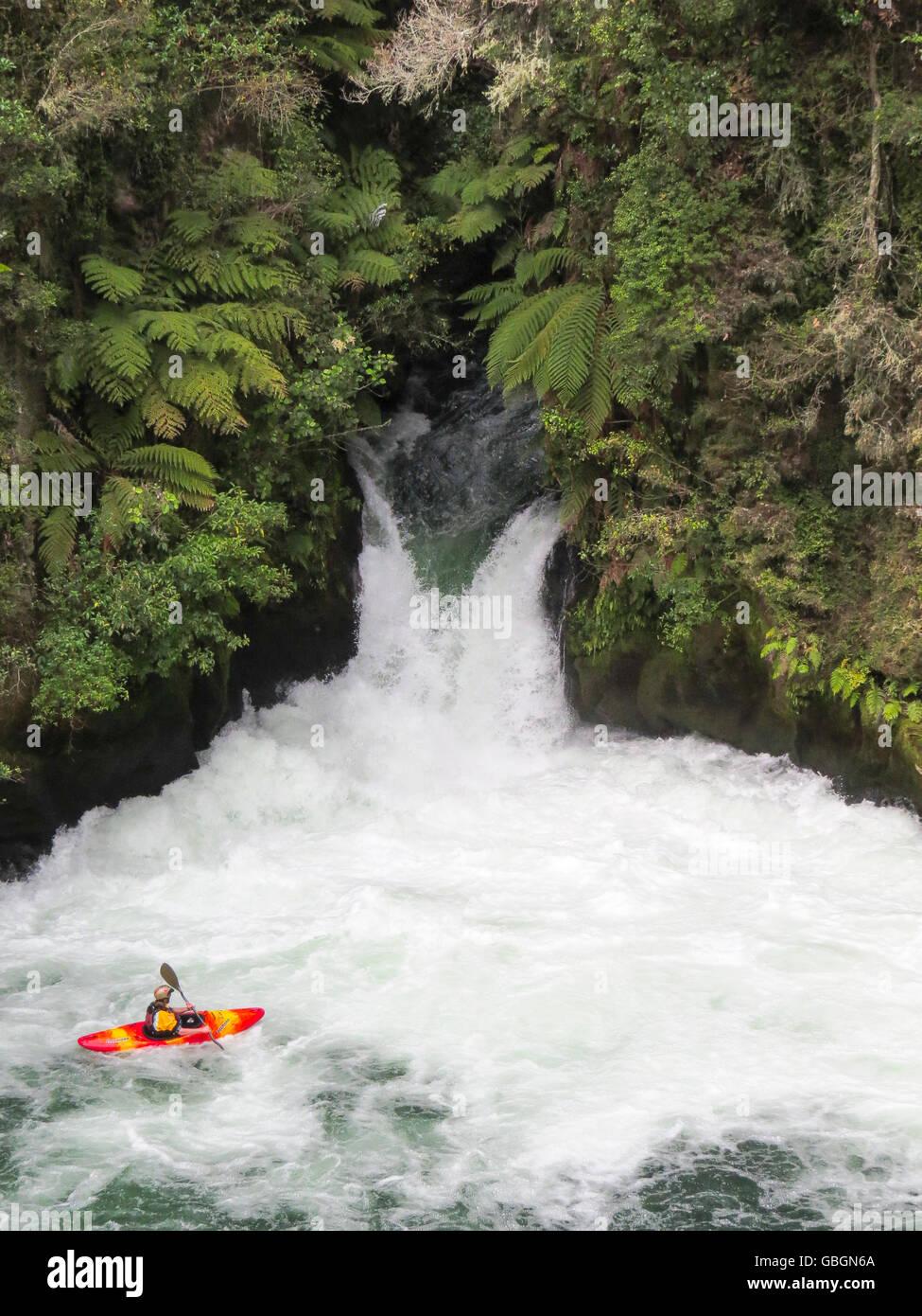 Abenteuer; Wildwasser; wasser; fluss; kajak; rudern; sport; freizeit; urlaub; hobby; wasserfall; wild; wald; urwald; - Stock Image