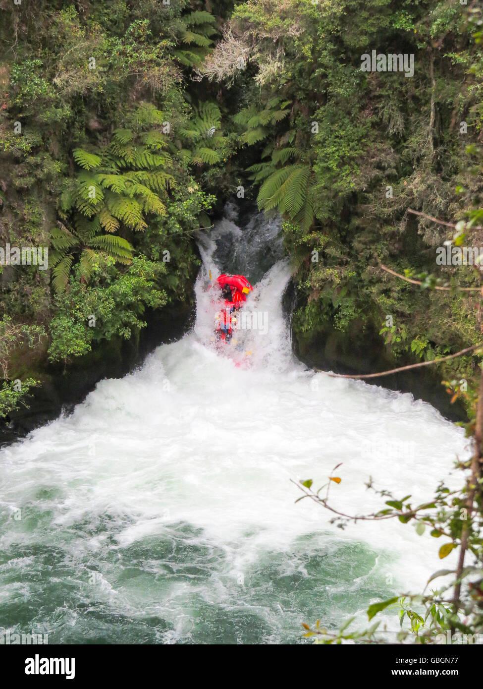 Abenteuer; Wildwasser; wasser; fluss; schlauchboot; boot; rudern; sport; freizeit; urlaub; hobby; wasserfall; wild; - Stock Image