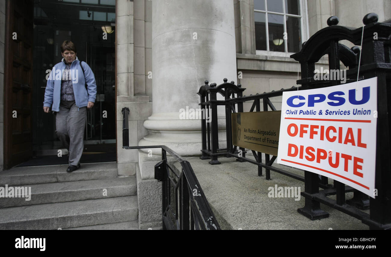 CPSU picket Government offices in Dublin - Stock Image