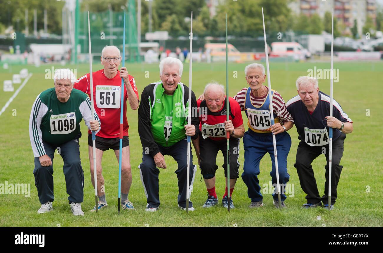 Leinefelde-Worbis, Germany. 08th July, 2016. Fritz Kallweit (l-r, Universitaets-SV Halle), Karlheinz Teufert (SC Langenhagen), Franz Gries (LG Reischenau-Zusamtal), Josef Krempl (Sportverein Oberderdingen), Manfred Kunze (SV Motor Hainichen) and Emil Bölling (LG Merseburg) pictured in the javelin event of the German Seniors Athletics Championships in Leinefelde-Worbis, Germany, 8 July 2016. 1300 athletes are competing in the German Seniors Athletics Championships, which runs from 8-10 July. The oldest participants are almost 90 years old. Credit:  dpa picture alliance/Alamy Live News Stock Photo