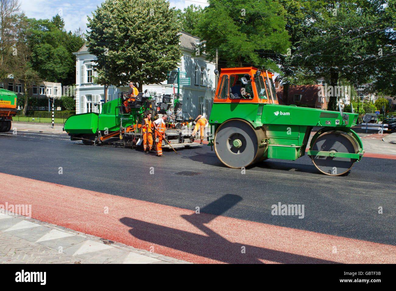 construction workers laying tarmac tarmacadam asphalt - Stock Image