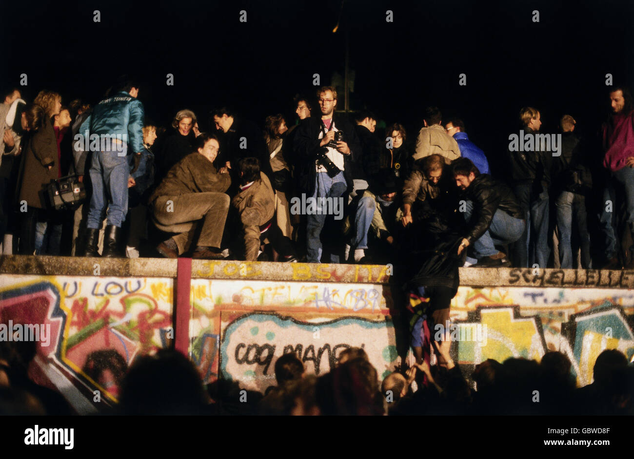 geography / travel, Germany, Fall of the Berlin Wall, people climbing on the Wall, Berlin, 9.11.1989, historic, Stock Photo