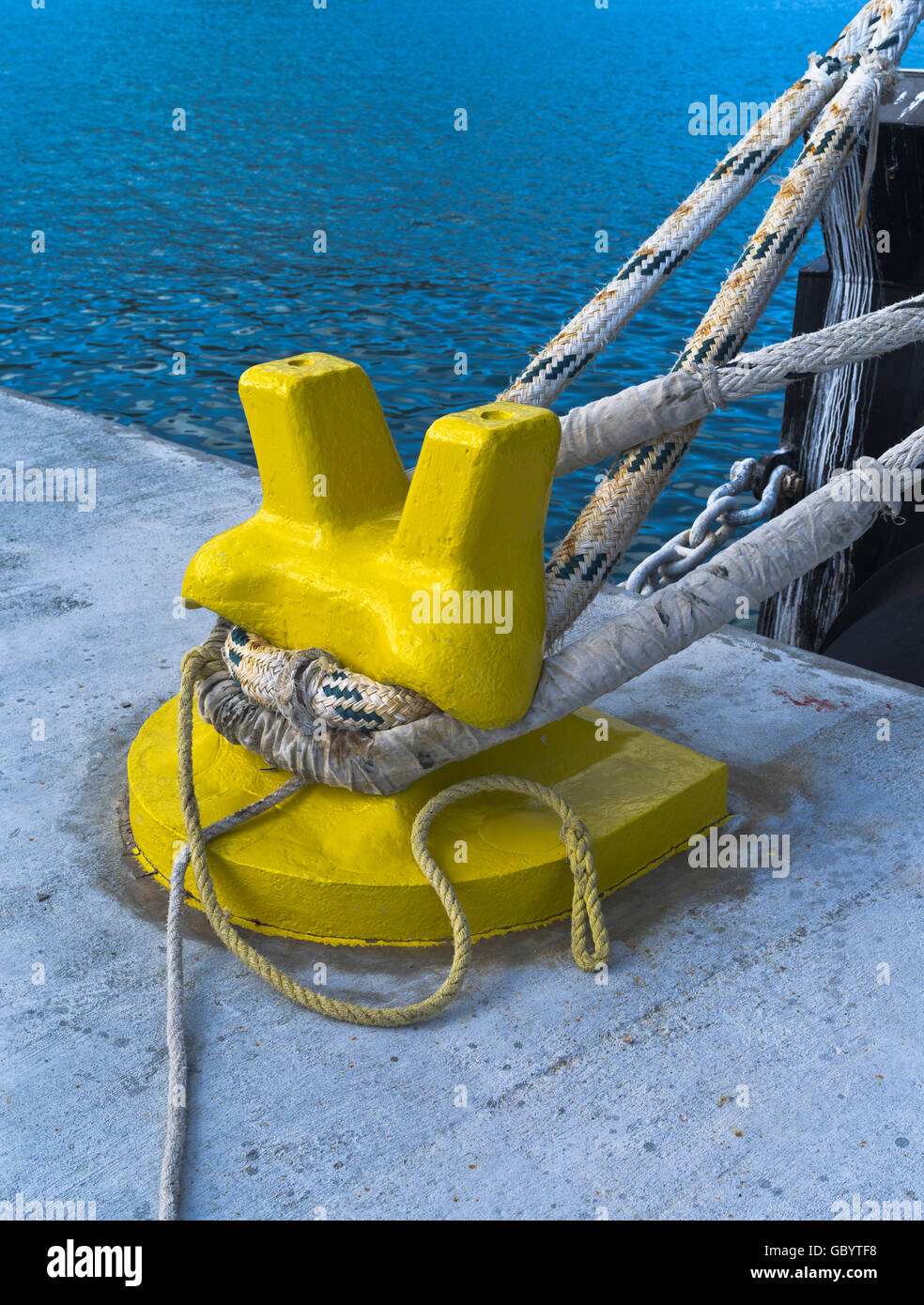 dh Ship mooring BOLLARD AMERICA Ships ropes tied to pier mooring bollard quay side cast iron rope up boat - Stock Image