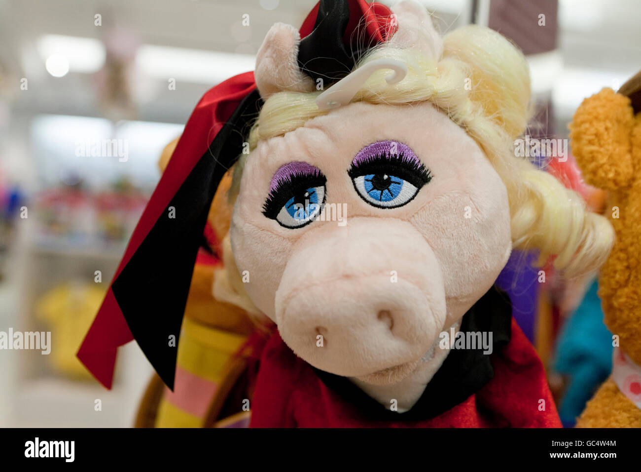 Miss Piggy hand puppet at toy store - USA - Stock Image