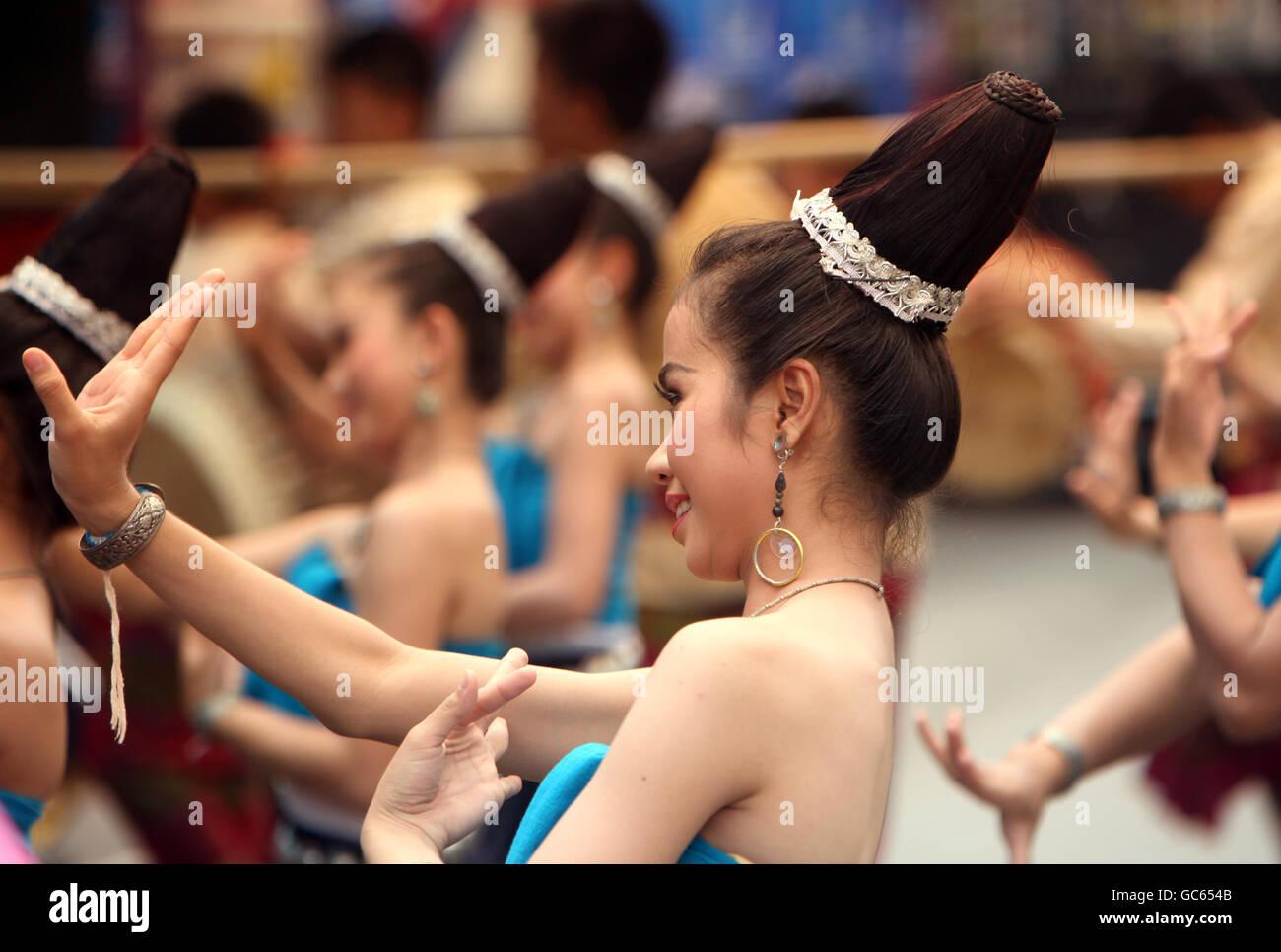 Eine traditionelle Tanz Gruppe zeigt sich an der Festparade beim Bun Bang Fai oder Rocket Festival in Yasothon im - Stock Image