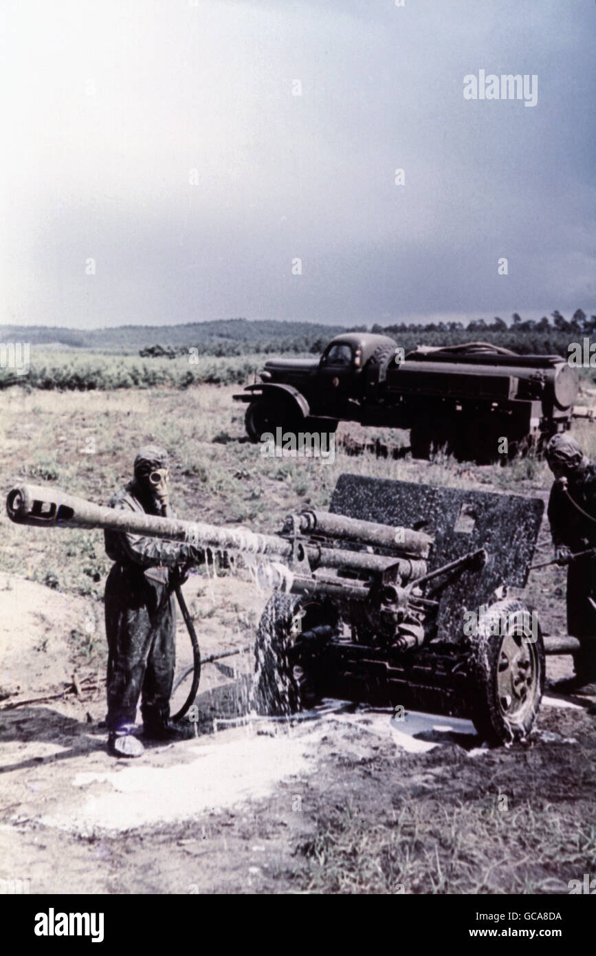 military, German, National People's Army, chemical defence, decontermination of a field gun, 1960s, , Additional - Stock Image