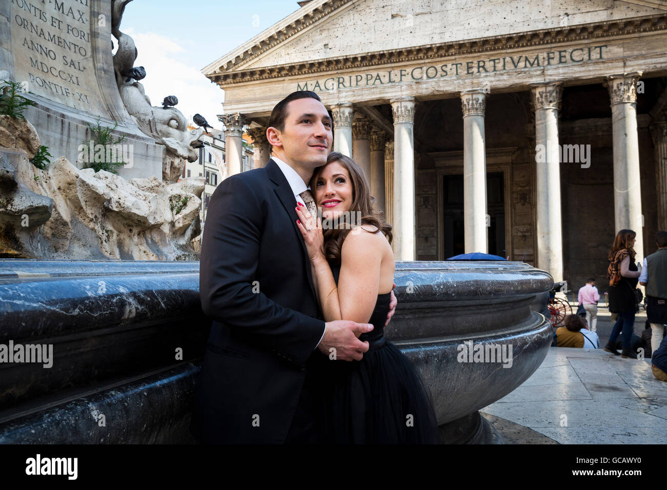 Couple in love at the Roman Pantheon - Stock Image