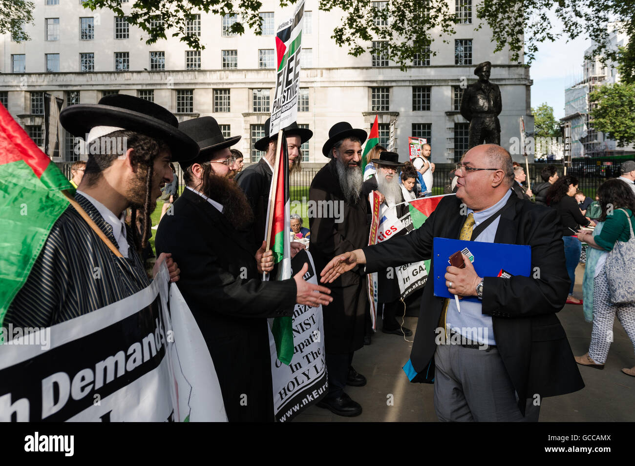 London, UK. 8th July 2016. Kamal Hawwash from the Palestine Solidarity Campaign shake hands with a group of  Orthodox - Stock Image
