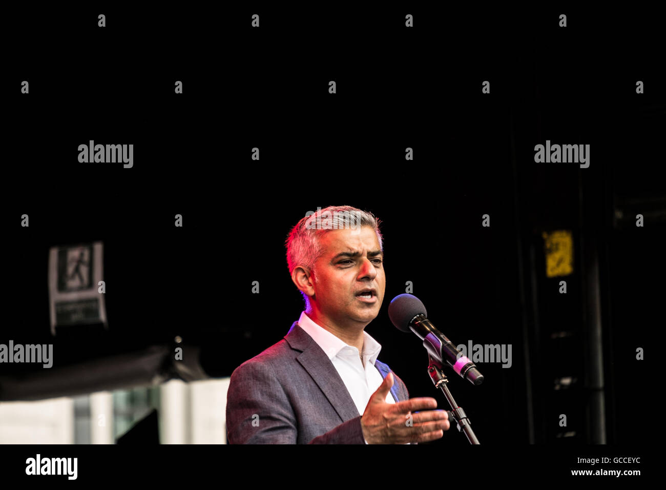 London, UK. 9th July, 2016.  Mayor of London, Sadiq Khan, addresses large crowds on stage at the EID festival in - Stock Image