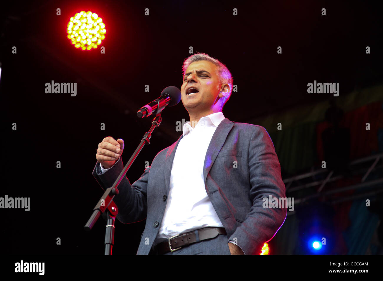 London, UK. 9th July, 2016. Mayor of London, Sadiq Khan, addresses a large crowds during Eid celebrations in Trafalgar - Stock Image