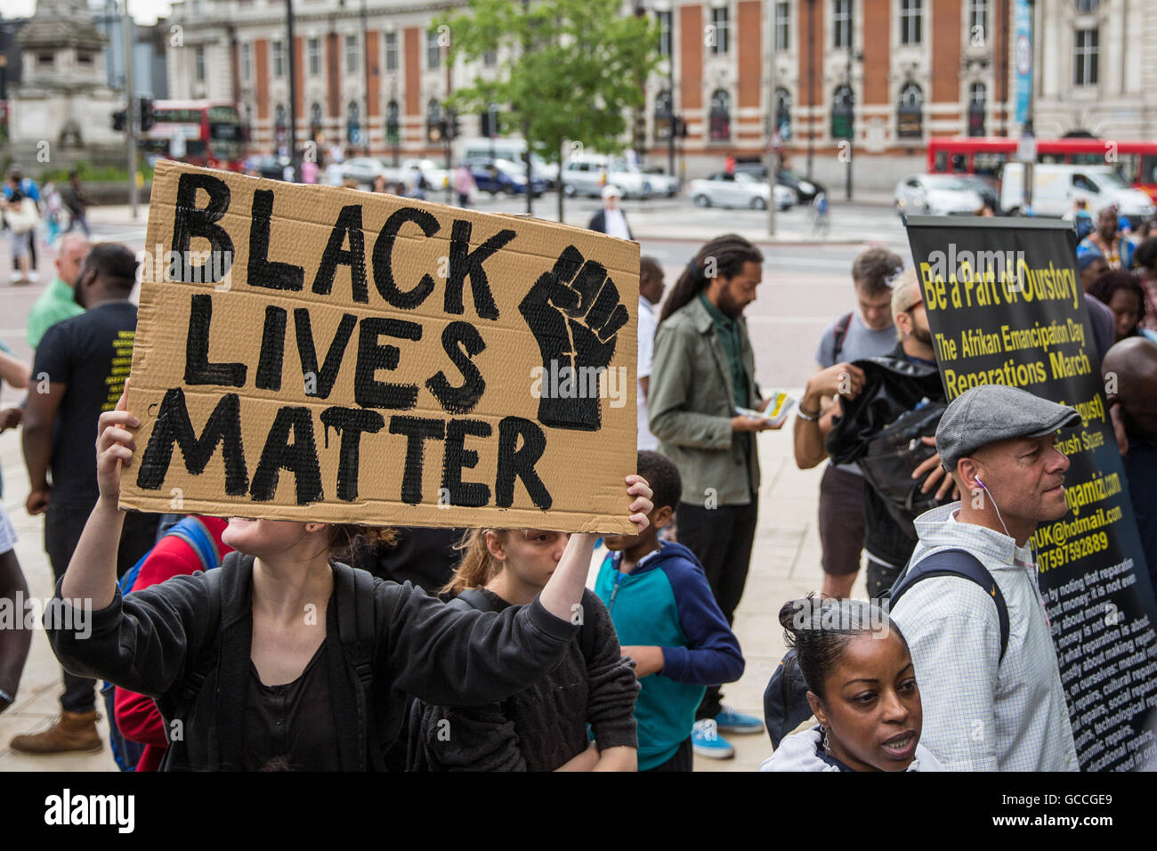 London, UK. 9th July, 2016. A campaigner holds a Black Lives Matter sign at a rally in Brixton in solidarity with - Stock Image