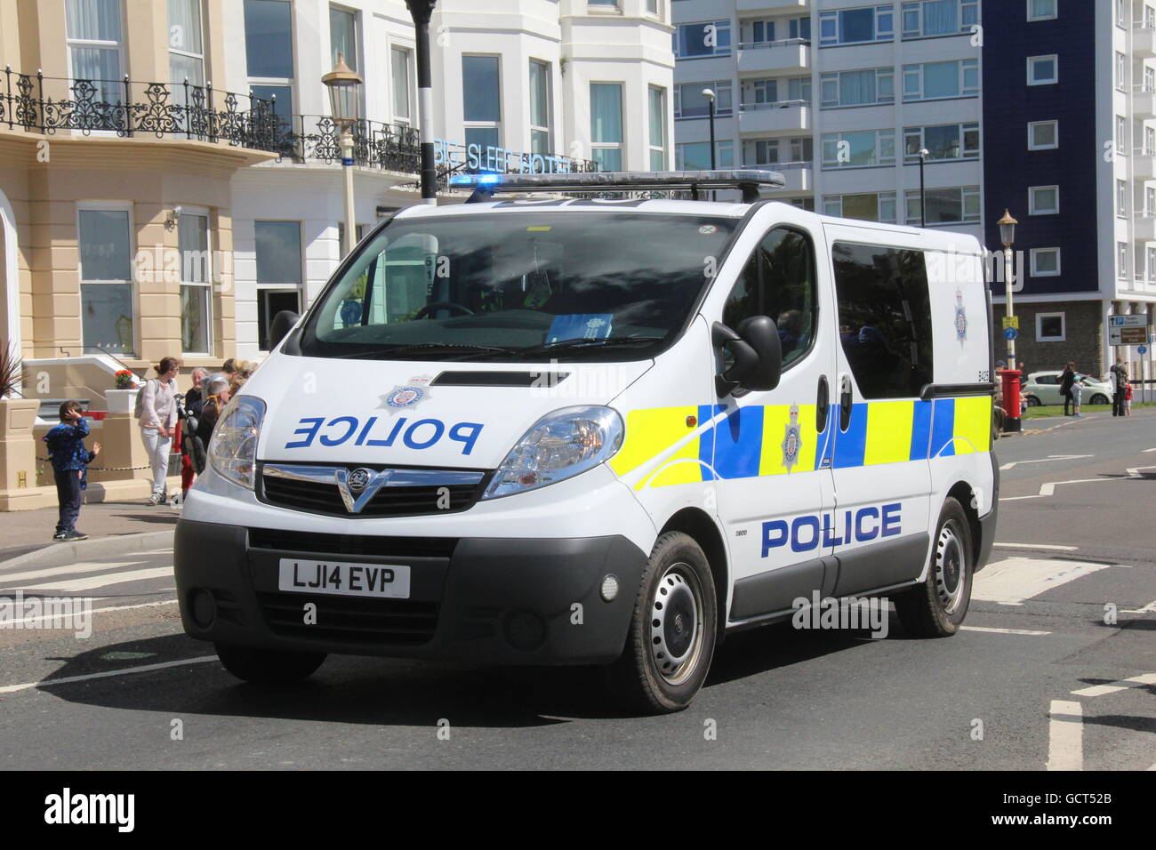 A FRONT NEARSIDE VIEW OF BRITISH TRANSPORT POLICE VAUXHALL VIVARO VAN TRAVELLING WITH BLUE LIGHTS FLASHING - Stock Image