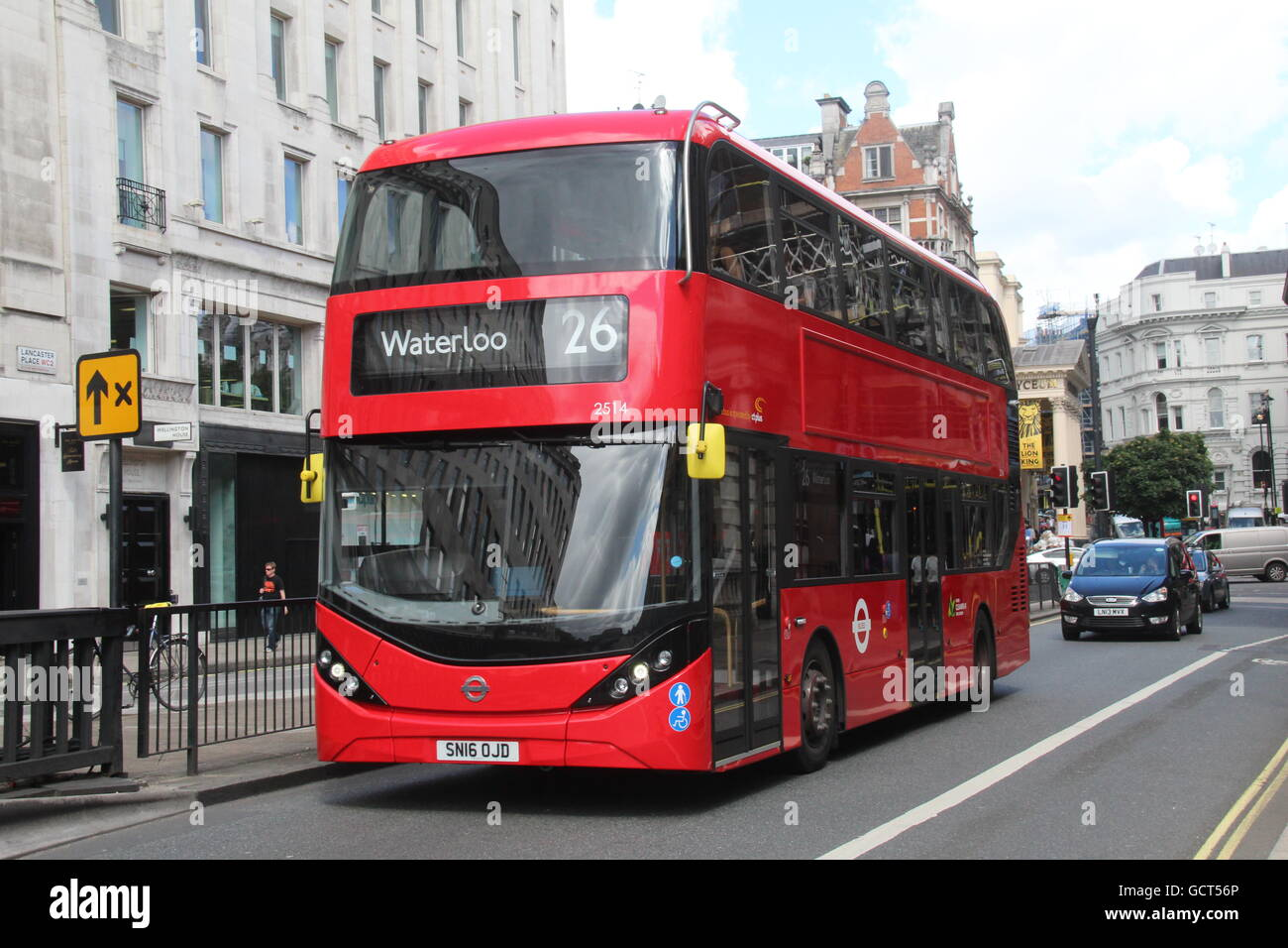 A NEARSIDE VIEW OF A CT PLUS LONDON ALEXANDER DENNIS ENVIRO 400H CITY BUS ON ROUTE 26 AT WATERLOO - Stock Image
