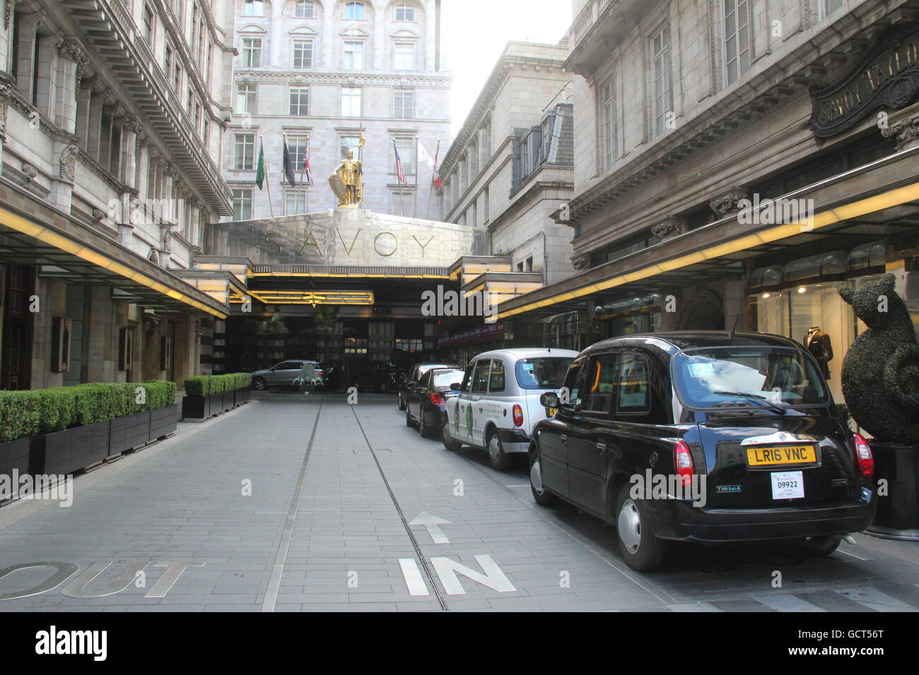 VIEW OF ENTRANCE TO SAVOY HOTEL IN LONDON WITH LONDON TAXI CABS OUTSIDE - Stock Image