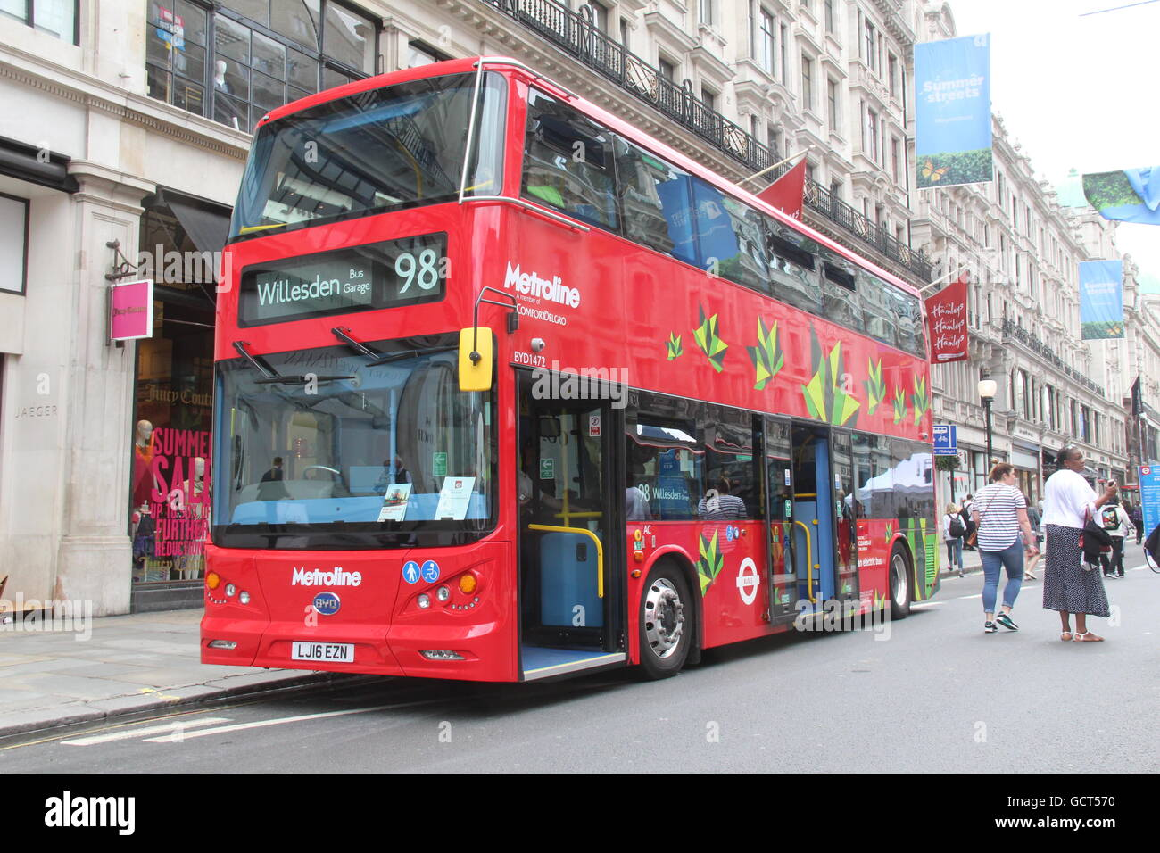 VIEW OF THE FRONT OF A BYD ELECTRIC DOUBLE DECK BUS FOR TFL LONDON METROLINE ROUTE 98 - Stock Image