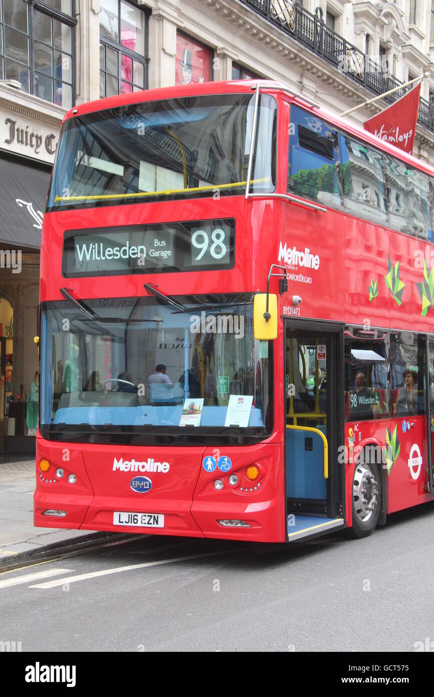 AN UPRIGHT PORTRAIT VIEW OF THE FRONT OF A BYD ELECTRIC DOUBLE DECK BUS FOR TFL LONDON METROLINE ROUTE 98 - Stock Image