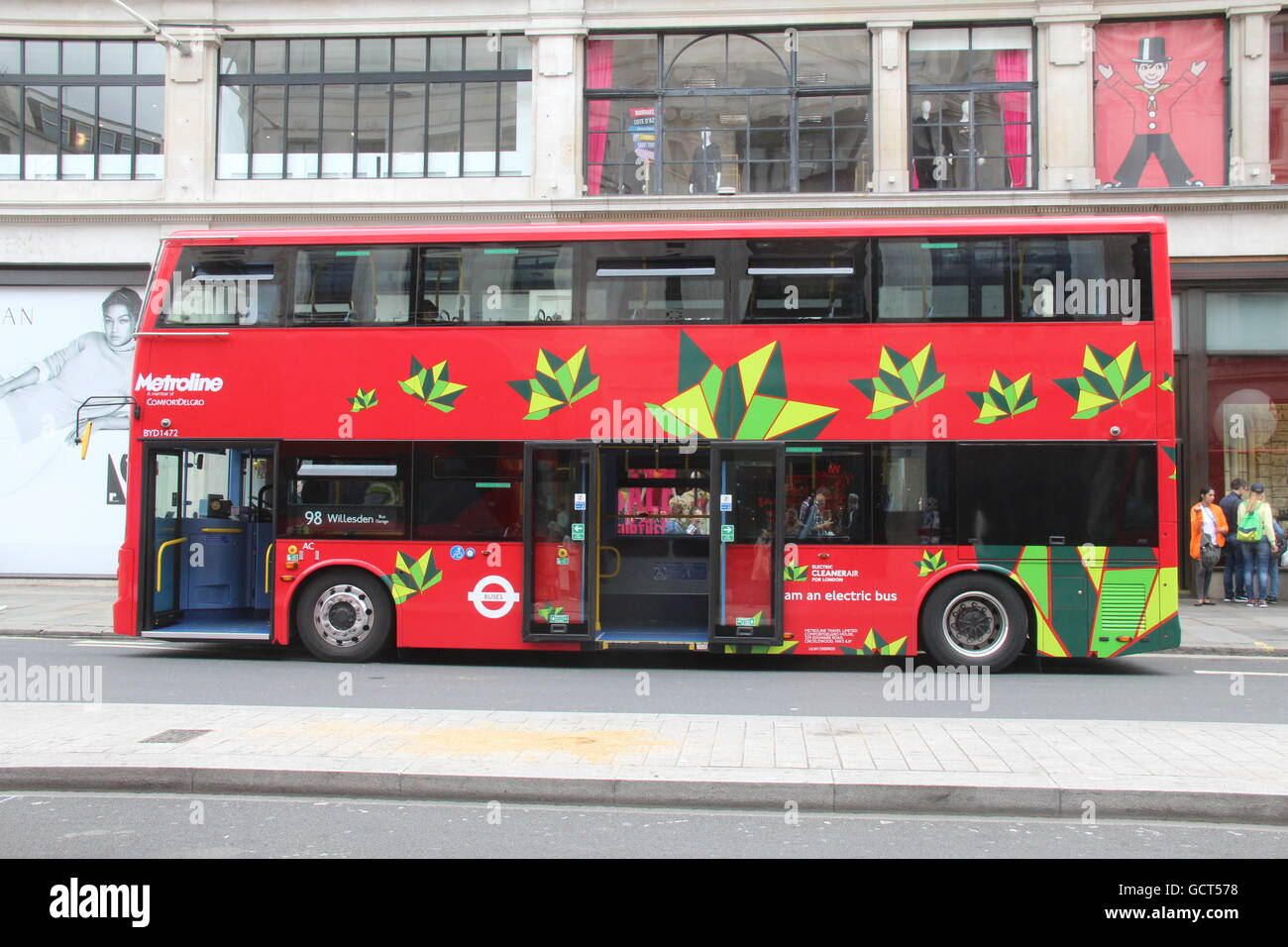 SIDE VIEW OF THE FRONT OF A BYD ELECTRIC DOUBLE DECK BUS FOR TFL LONDON METROLINE ROUTE 98 - Stock Image