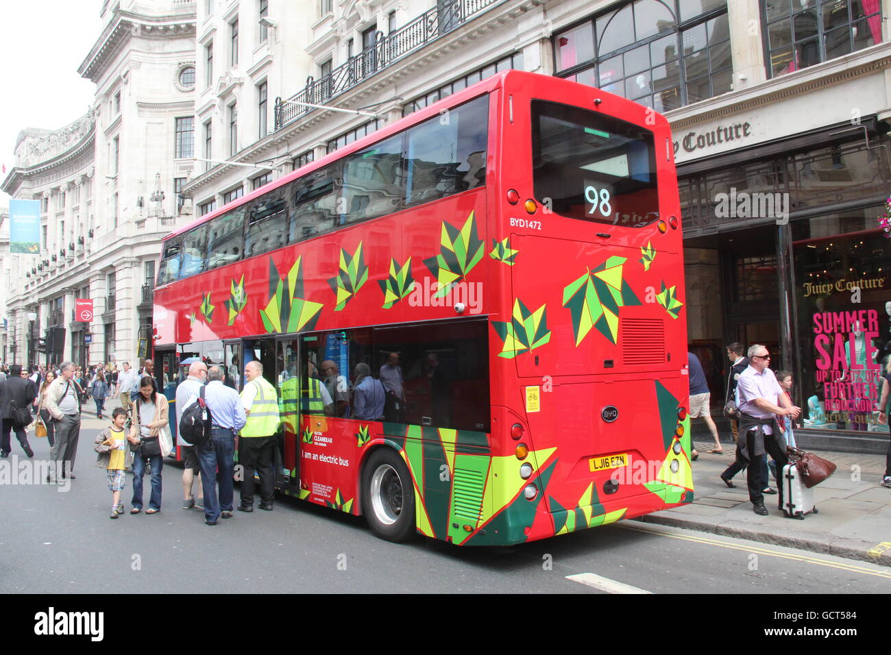 REAR VIEW OF THE FRONT OF A BYD ELECTRIC DOUBLE DECK BUS FOR TFL LONDON METROLINE ROUTE 98 - Stock Image