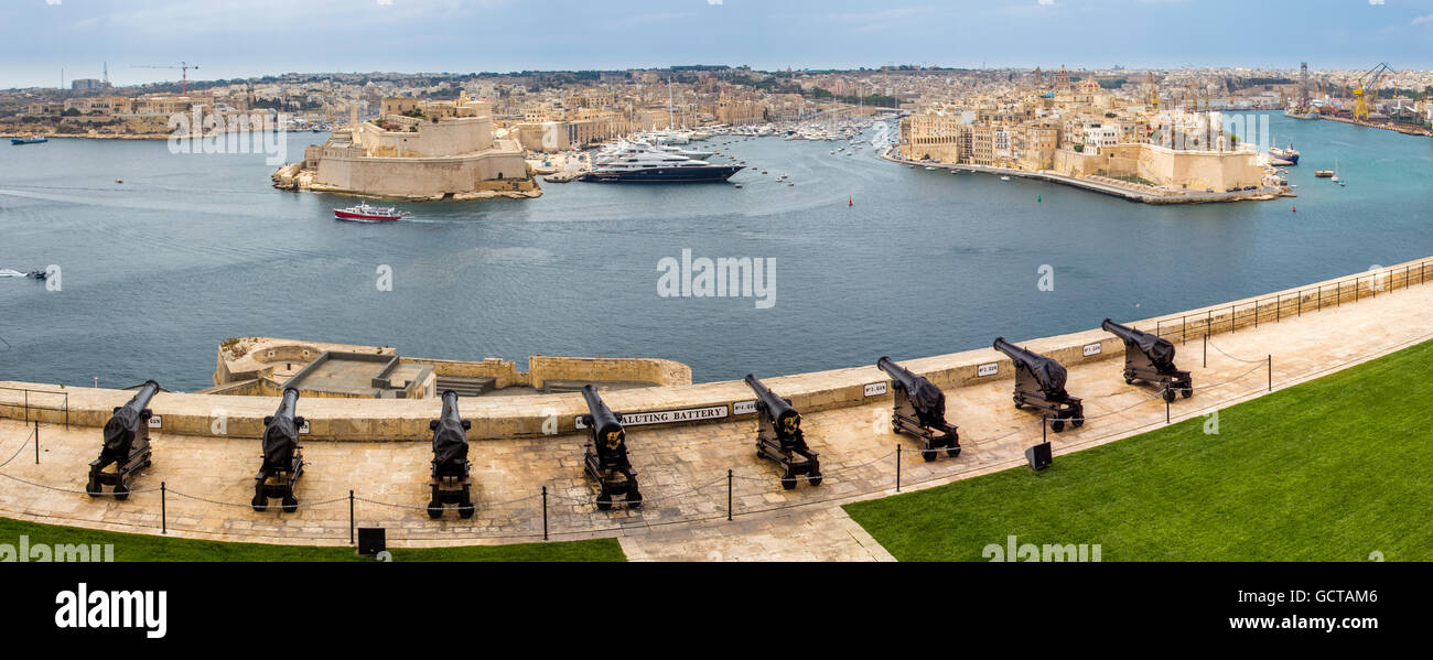 View from Valletta Upper Barrakka gardens over the Saluting Battery cannons to the Grand Harbour and Senglea, Birgu - Stock Image