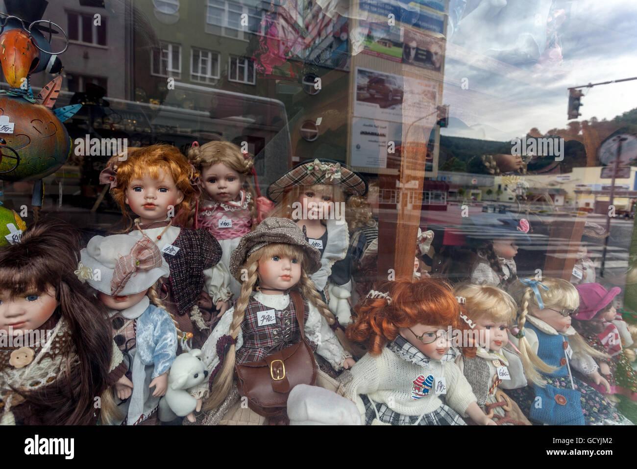 Shop window display, dolls, city Decin, North Bohemia, Czech Republic - Stock Image