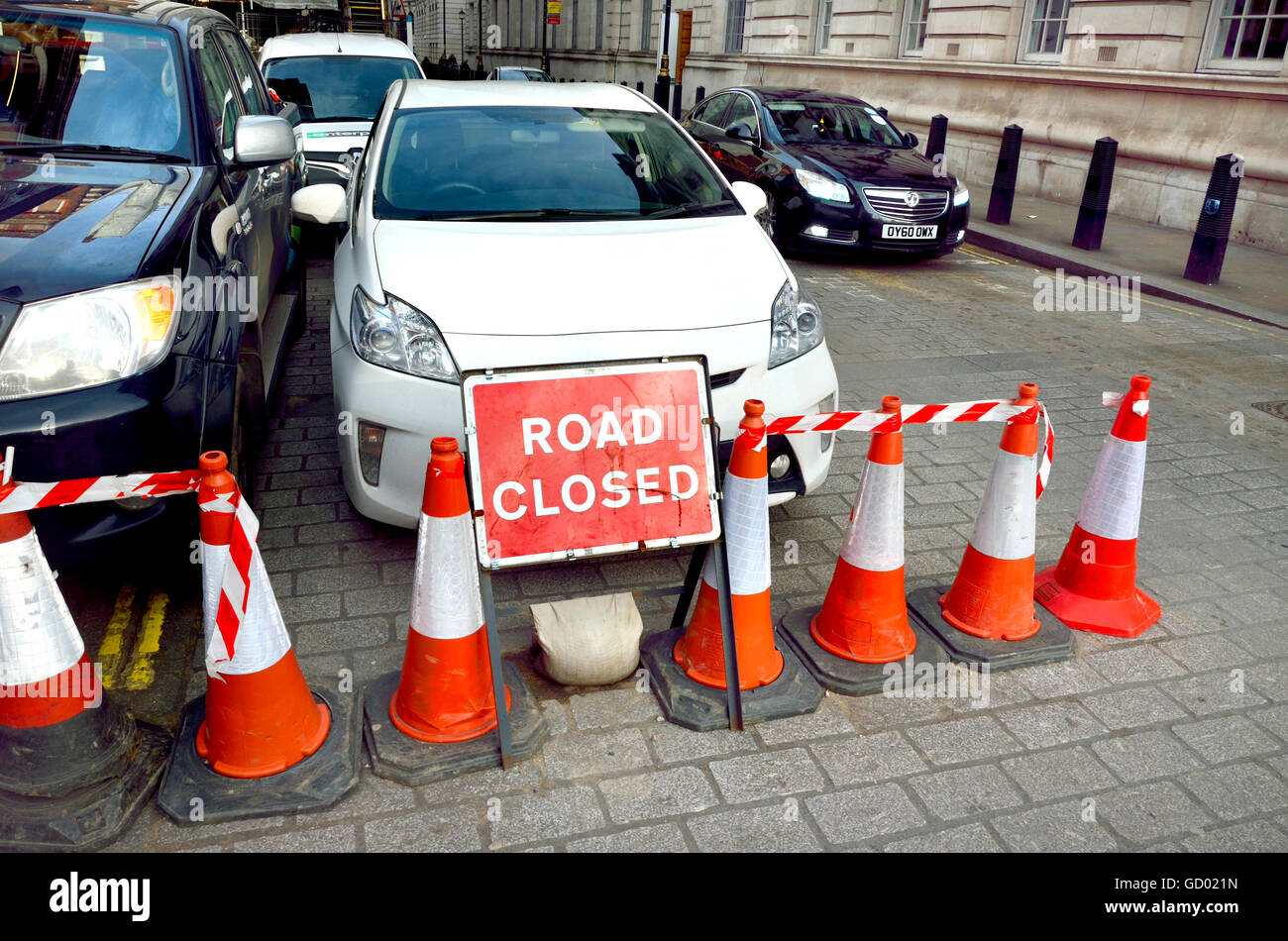 London, England, UK. Road Closed sign and cars, Whitehall - Stock Image