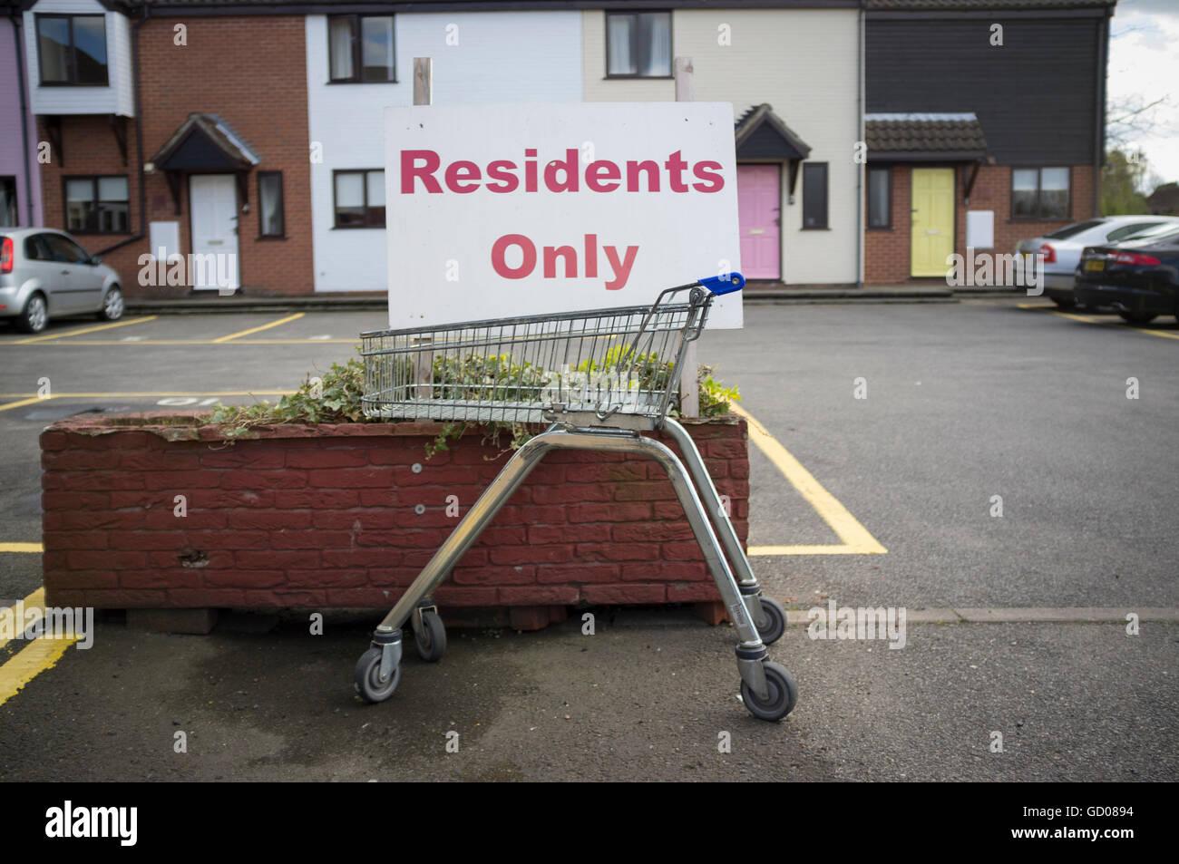 Abandone shopping trolley - Stock Image