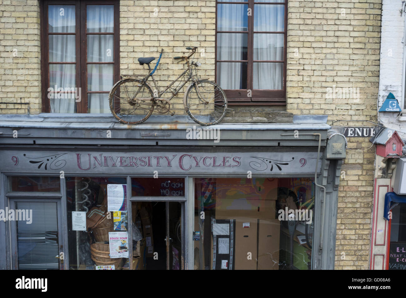 Vintage bicycle on top of University Cycles, Cambridge, England - Stock Image