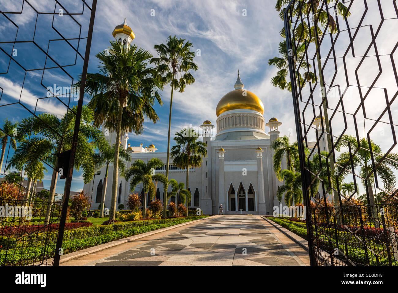 Entering the courtyard of the Sultan Omar Ali Saifuddin Mosque in Bandar Seri Begawan, Brunei. - Stock Image
