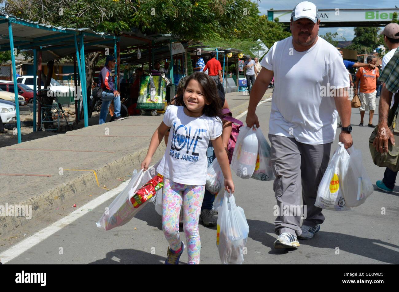 (160711) -- CUCUTA (COLOMBIA), July 11, 2016 (Xinhua) -- Photo provided by Diario La Opinion shows Venezuelan citizens - Stock Image