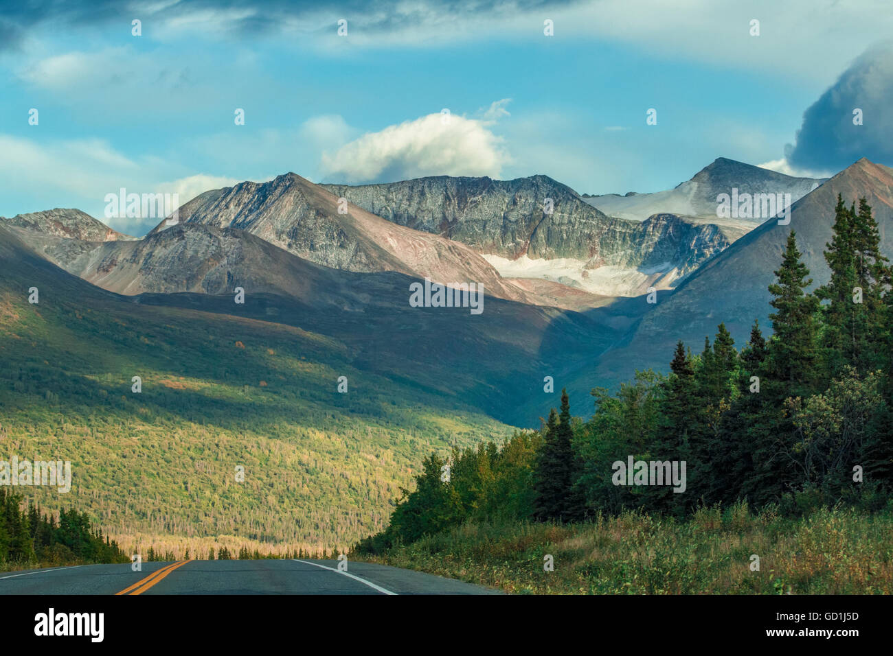 The Richardson Highway rises over a small hill on the stretch between Glennallen and Valdez while entering the Chugach - Stock Image