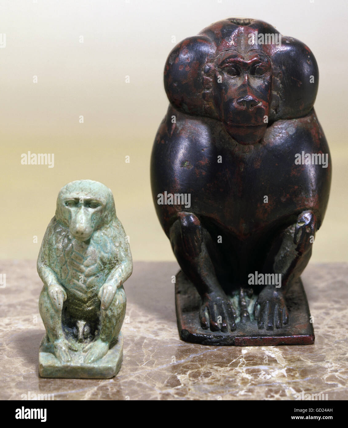 fine arts, ancient world, Egypt, sculpture, two baboons, left: bluegreen faiance, Ptolemaic period, right: bronze, - Stock Image