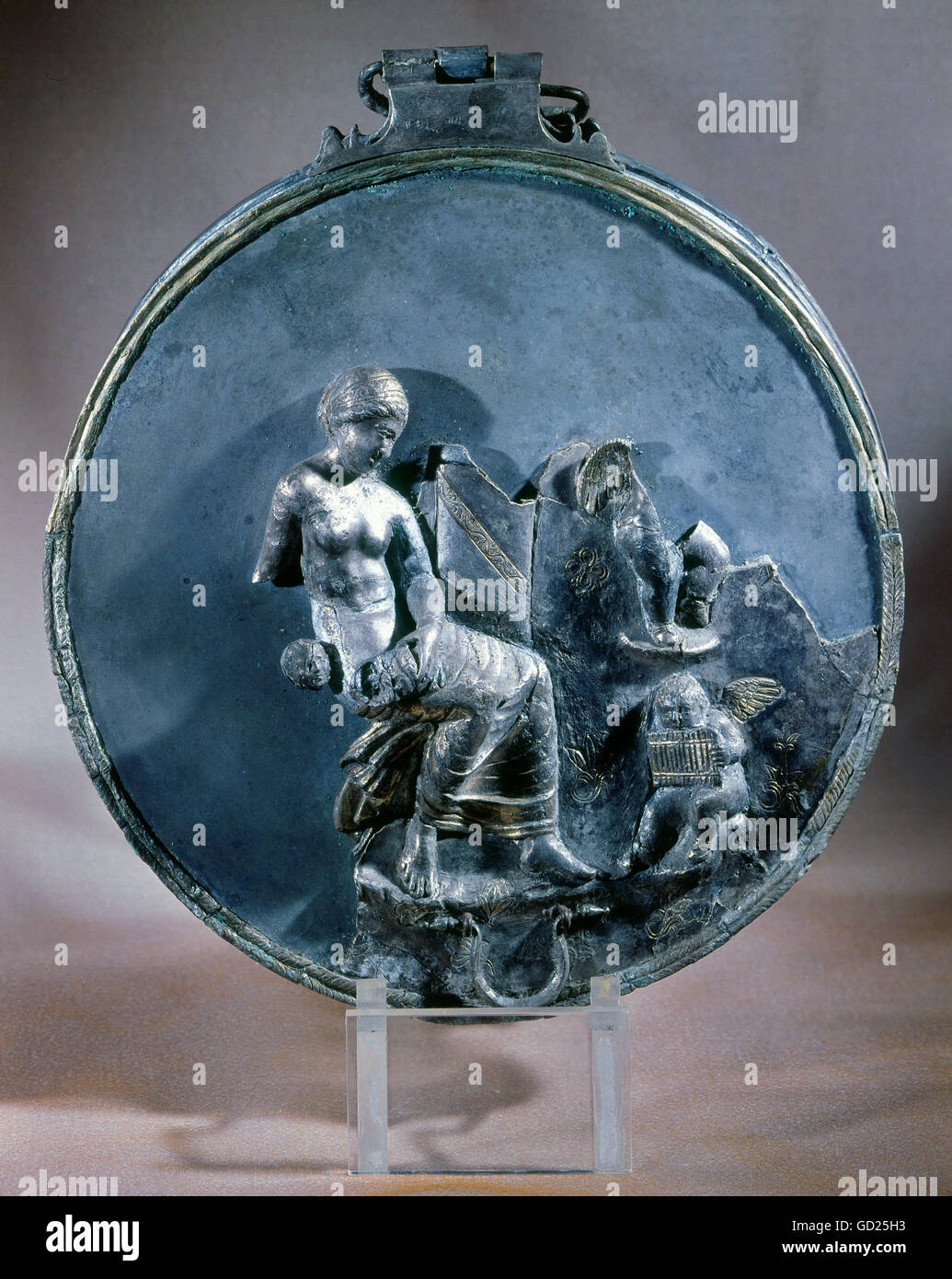 fine arts, silver, cover with mirror capsule, Aphrodite with cupids, partial gold-plated, from a woman tomb in Canossa, - Stock Image