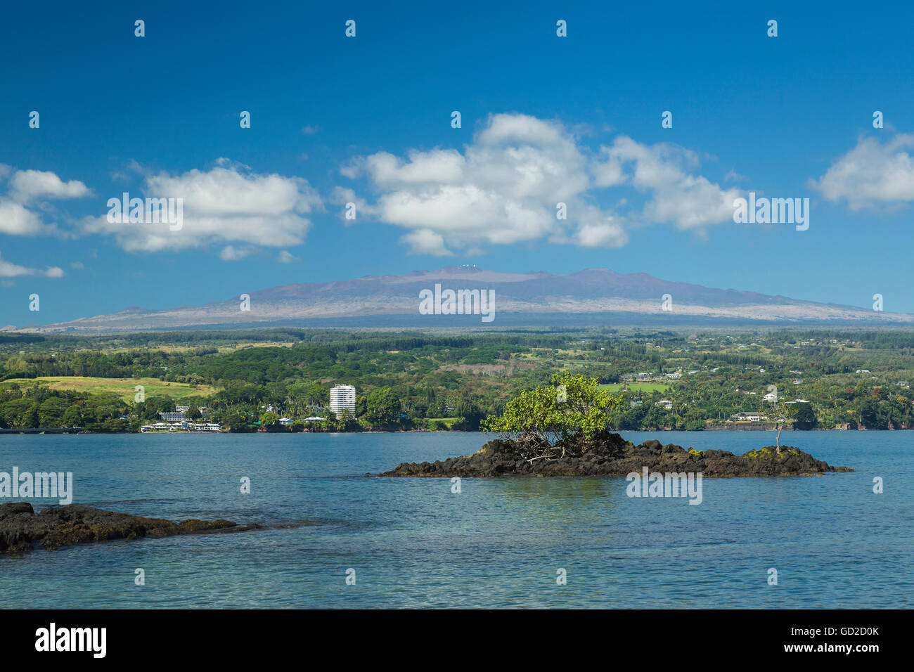 Hilo Bay with Hilo and Mauna Kea with observatories in the distance, tallest mountain in Hawaii - Stock Image