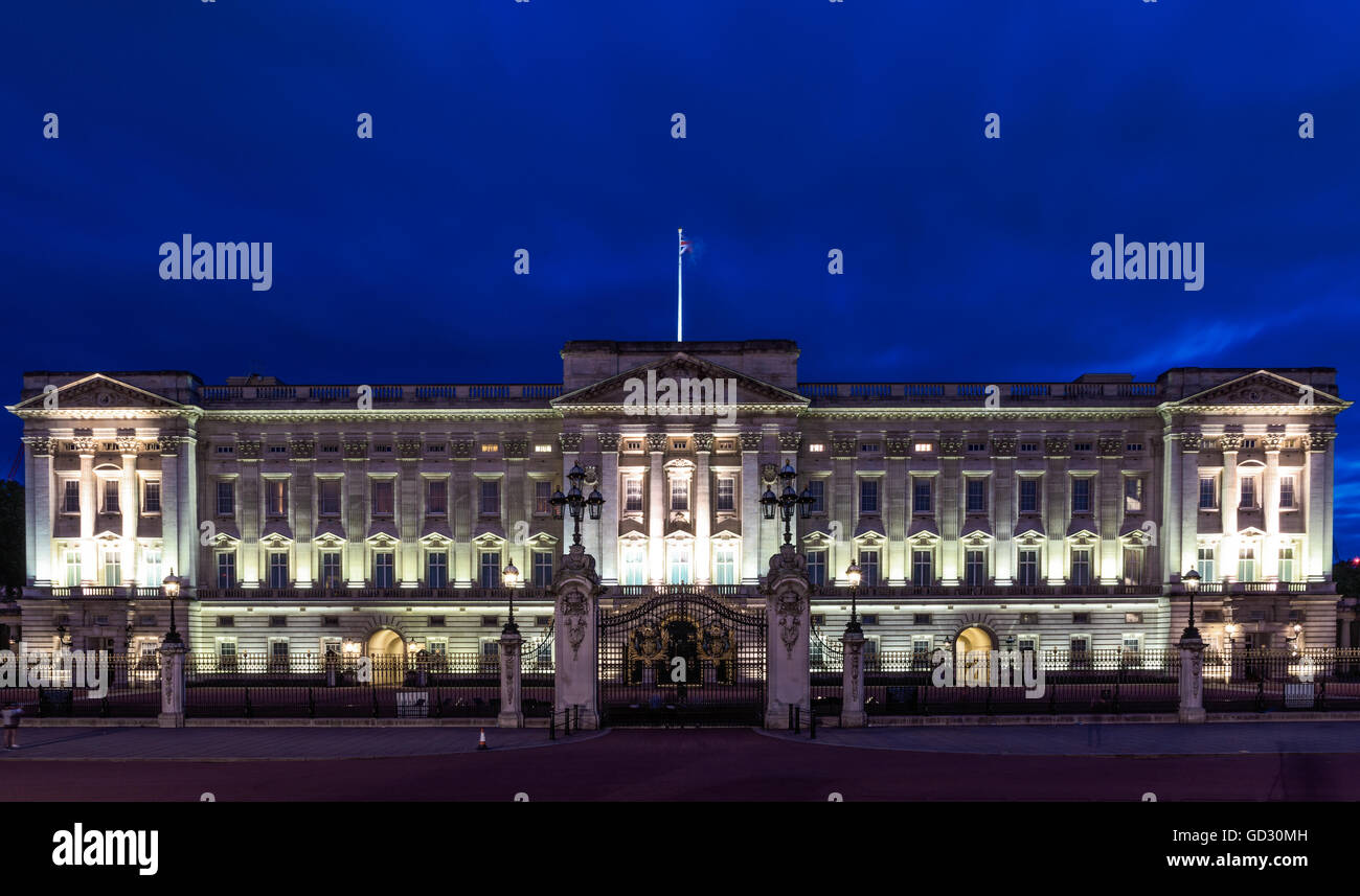 Buckingham Palace in London at night - Stock Image