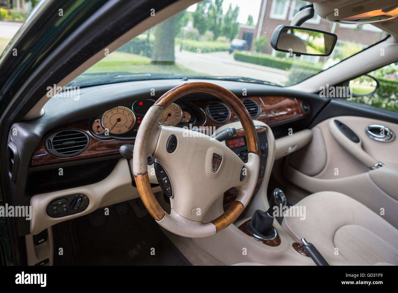 Rover 75 car interior with a walnut dashboard, color green