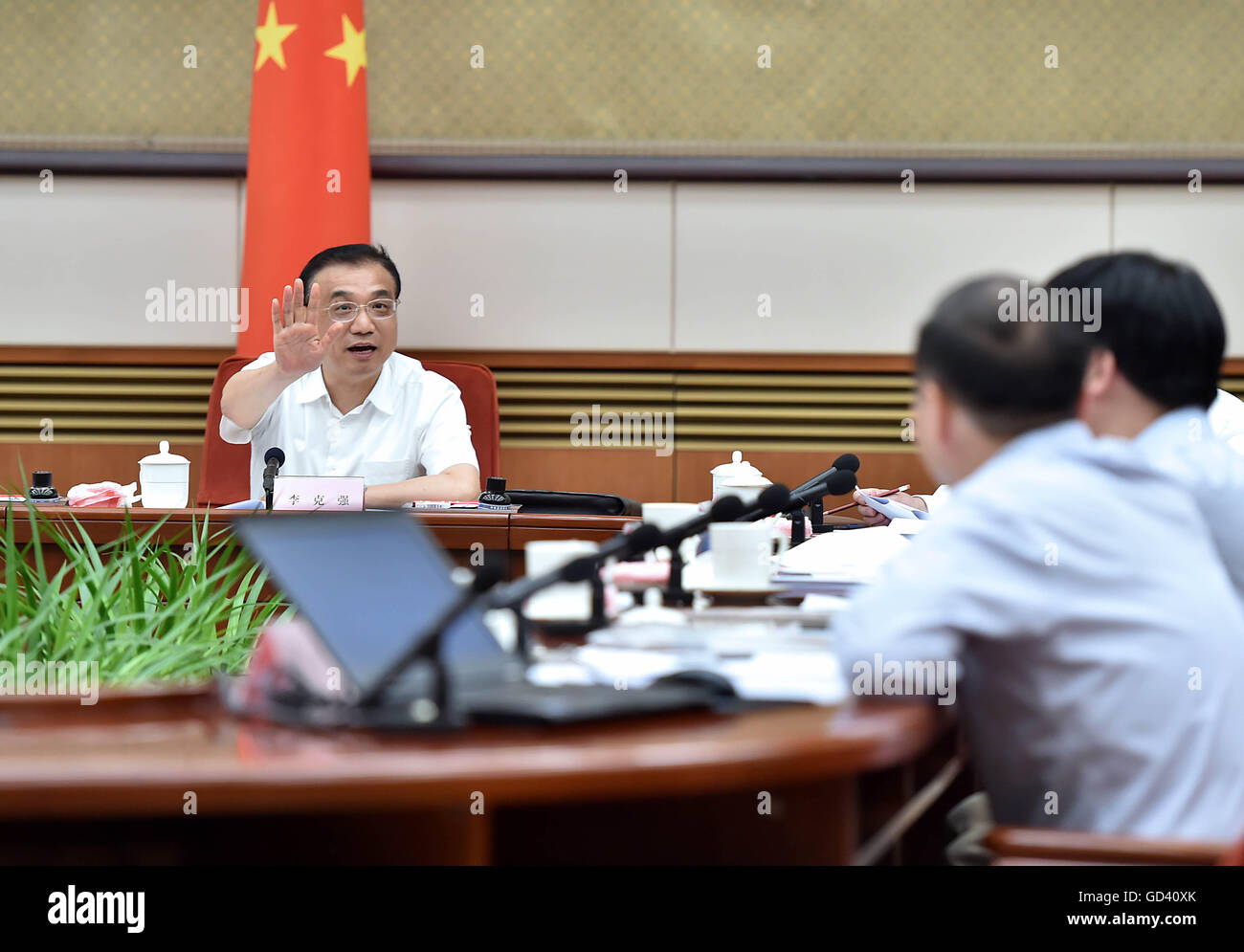 Beijing, China. 12th July, 2016. Chinese Premier Li Keqiang (L) presides over a symposium studying the current economic - Stock Image