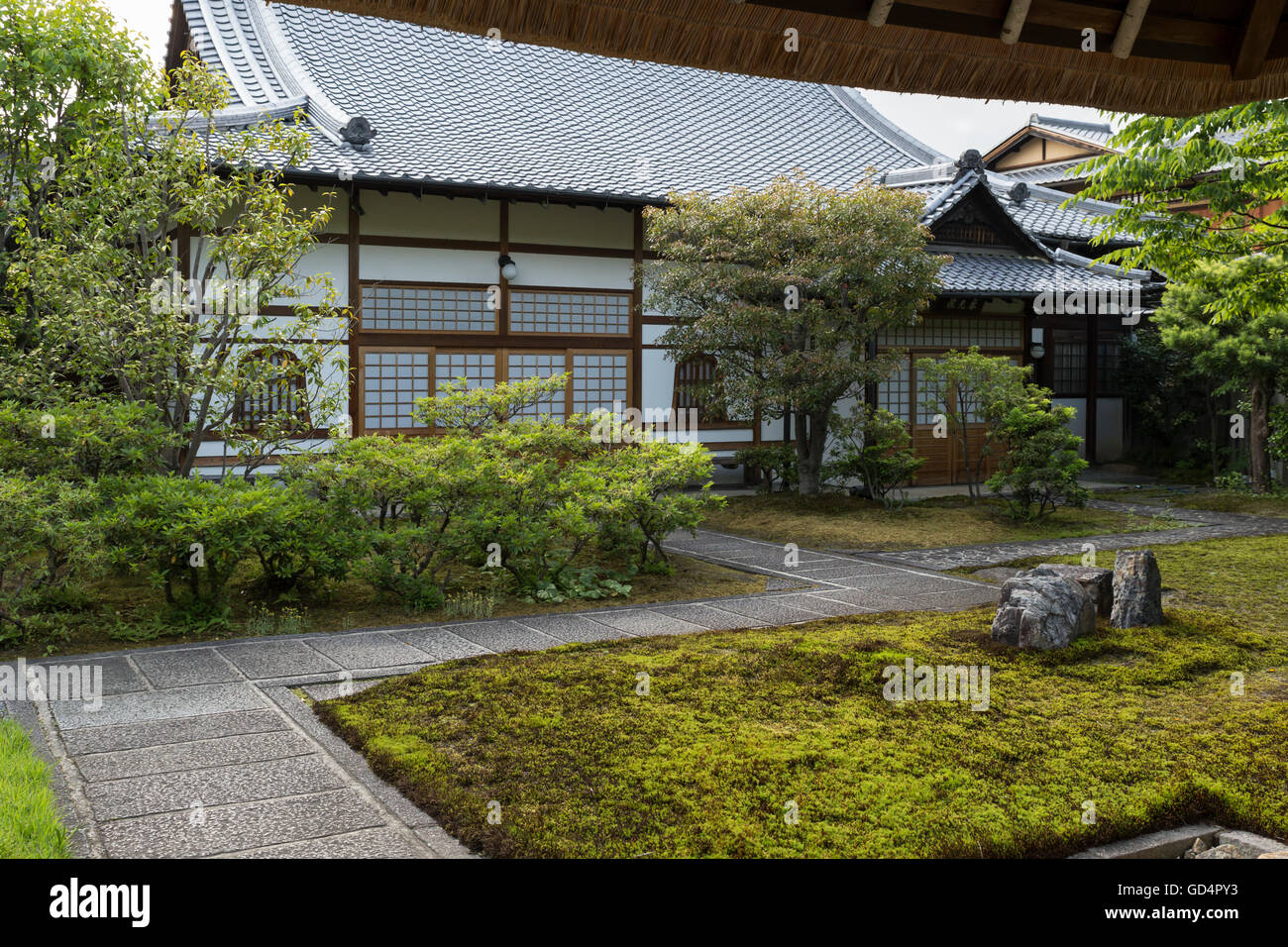 View into a traditional courtyard with garden of a big Japanese house in the higashiyama district (old town) of Stock Photo