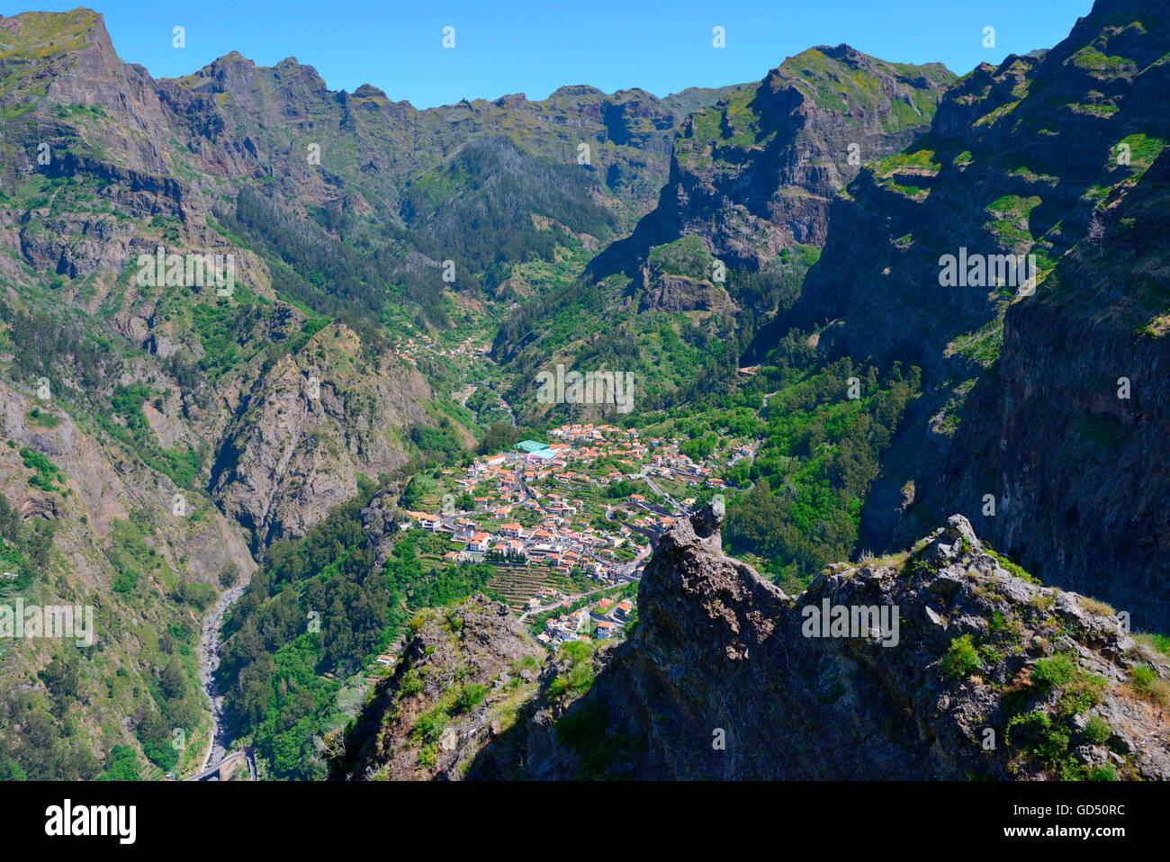 Curral das Freiras im Nonnental, Blick vom Eiro do Serrado (1095m), Madeira, Portugal - Stock Image