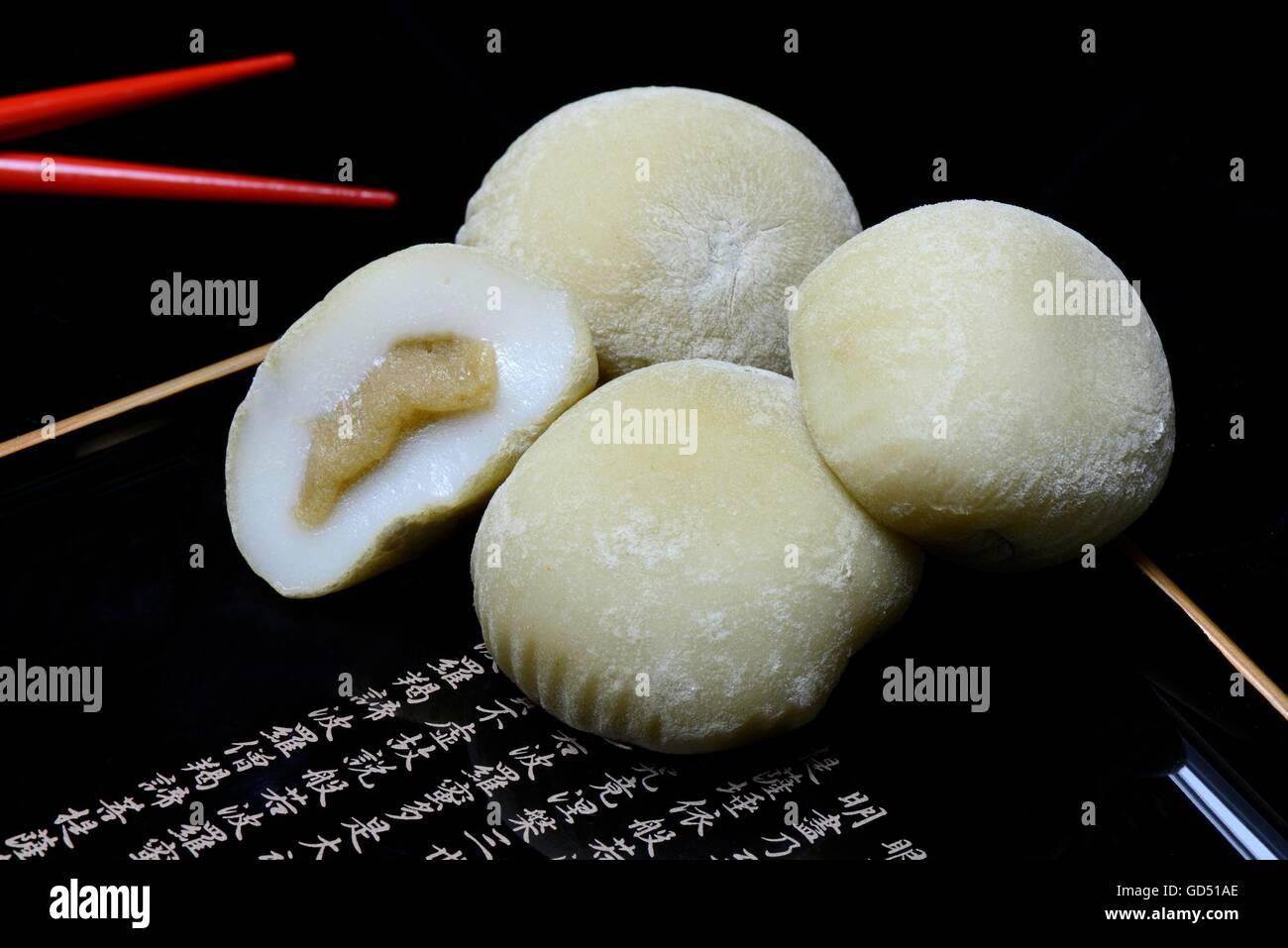 Mochi mit Essstaebchen, Japanischer Klebreiskuchen mit Gruener Tee-Geschmack, asiatische Suesswarenspezialitaet - Stock Image